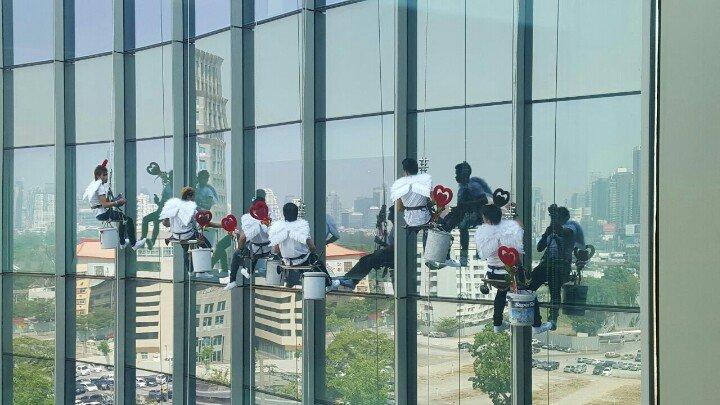 วันนี้วาเลนไทน์ มึงดูพนักงานเช็ดกระจกที่ตึกกูค่ะ... https://t.co/uehLFhJG1m