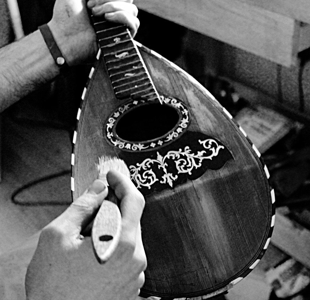 Last touches of varnish on the mandolin I&#39;ve been repairing #luthier #MuswellHill<br>http://pic.twitter.com/CvAgnojvJt