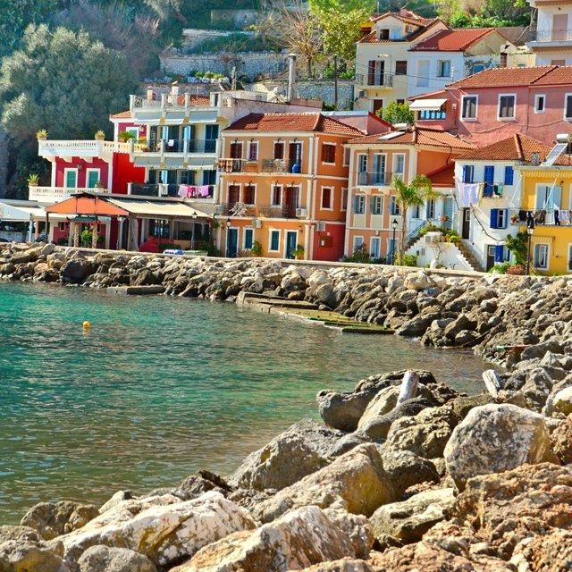 Longás pludmale Korfu salā. To dēvē arī par  saulrieta pludmali, jo to rotā sārtas klintis. https://t.co/Vu6Y7WpsEC