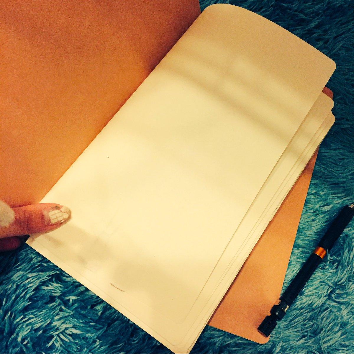線が無いノートが好き。 線があると真面目が出ちゃって筆が遅くなるし、楽しい事はグチャ〜って手が勝手に…