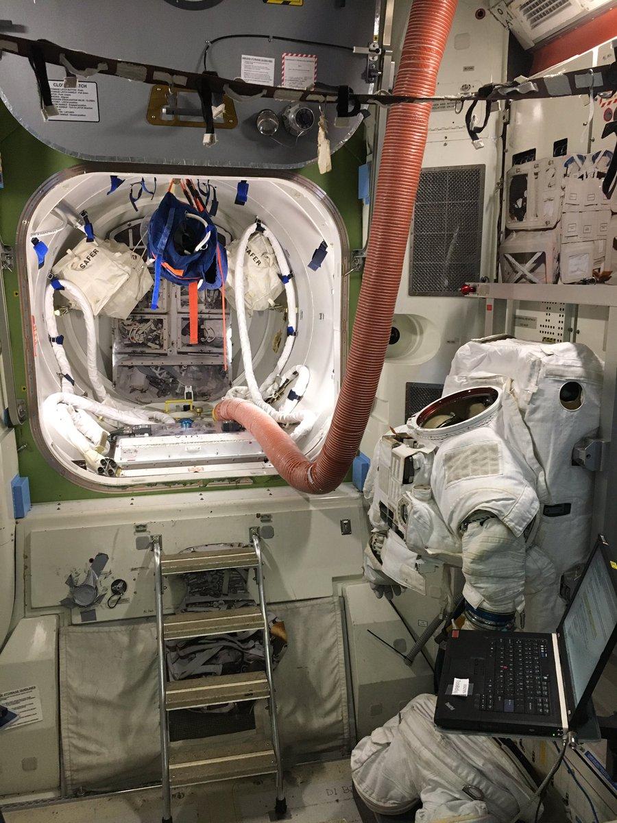 今日は、エアロックのモックアップの中で、宇宙服のメインテナンスを行う訓練をしました。宇宙との違いは、…