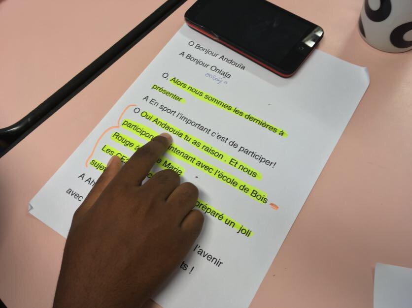 Les élèves du dispositif UPE2A @academiereunion préparent leur émission #webradio avec le @clemi974 et @canope_974<br>http://pic.twitter.com/8PTZaXFrSG