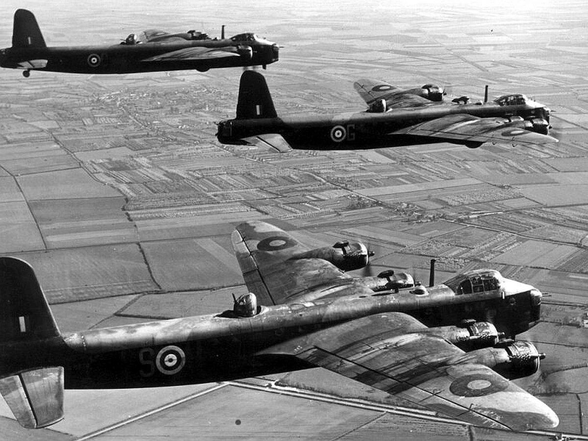 15 février 1944 : La @Royal Air Force envoie un millier de bombardiers sur #Berlin. #BomberCommand #Guerre #WW2 #Bombes #Bombardements<br>http://pic.twitter.com/YNupBnQE8Q