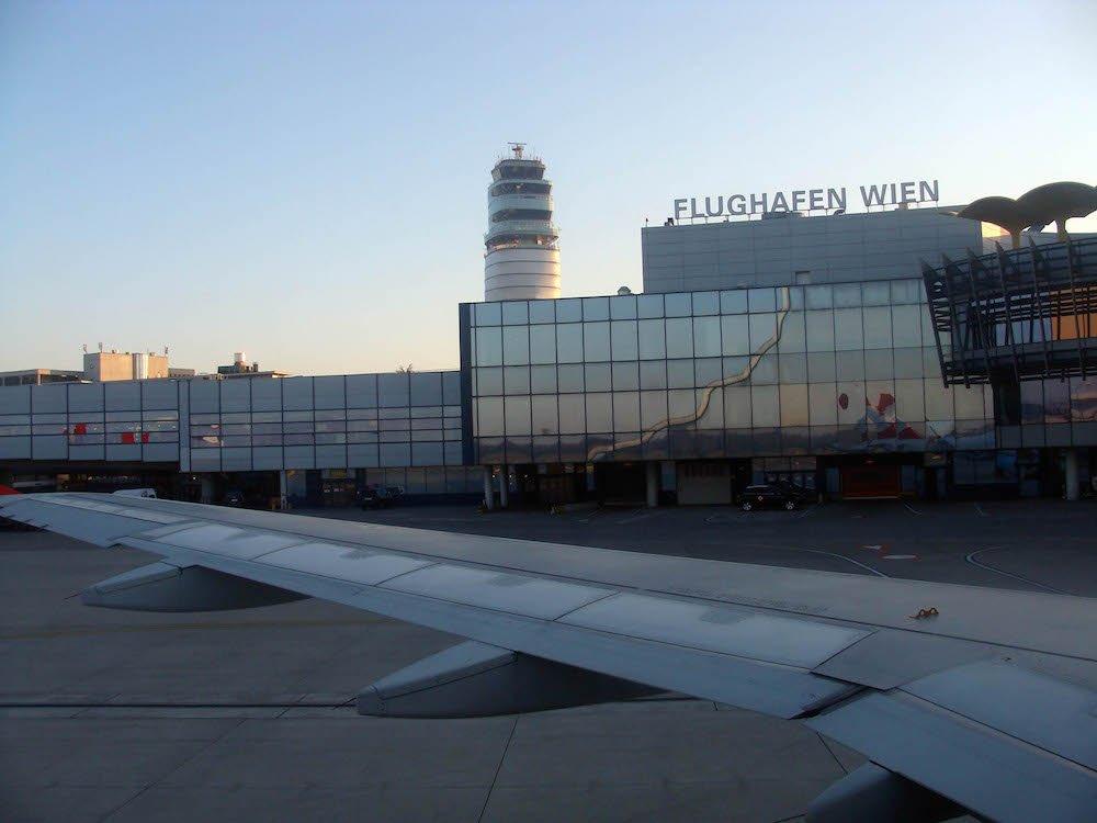 #NDDL #climat Première mondiale ! L'agrandissement de l'aéroport de Vienne interdit au nom du climat  https:// reporterre.net/L-agrandisseme nt-de-l-aeroport-de-Vienne-interdit-au-nom-du-climat &nbsp; … <br>http://pic.twitter.com/j82scNWxA1
