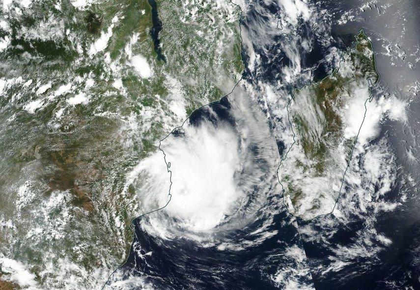 #DINEO devrait atterrir à #Inhamambane (#Mozambique)  ce soir à 18 UTC . Importante #surcôte  prévue (2 m).   #NASA #SUOMI <br>http://pic.twitter.com/y19v6epB5a
