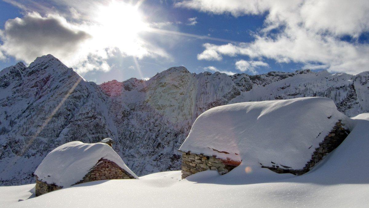 Diteci 3 ragioni per cui vale la pena visitare Bosco Gurin in #inverno. #INNAMORATIdellaSVIZZERA @MySwitzerland_i<br>http://pic.twitter.com/ifdy502kd5