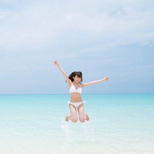 綺麗な海で思わずジャンプする秋元真夏