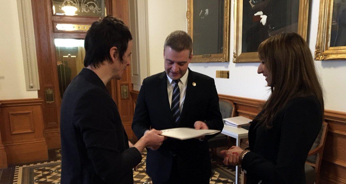David Bussières et Florence K ont remis la plateforme du RAM au ministre Luc Fortin ce matin uda.ca/salle-de-press…