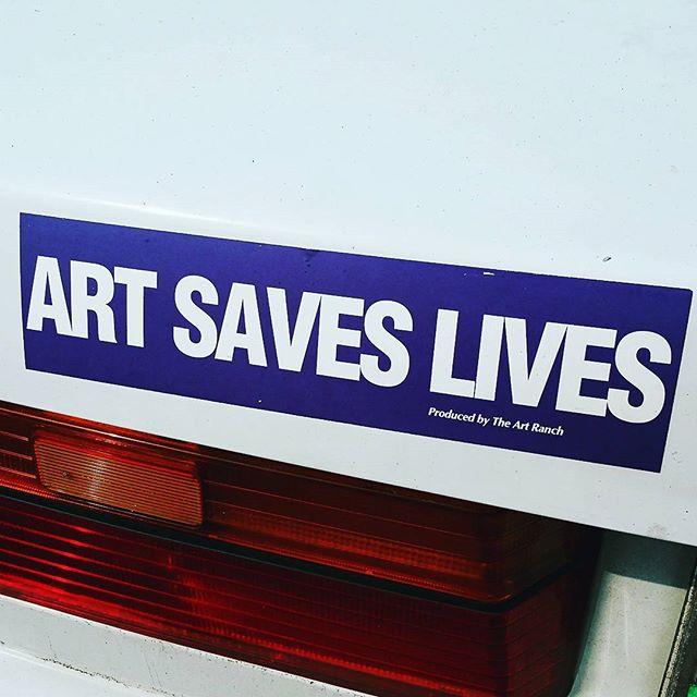 &quot;L&#39;art sauve des vies&quot; Vu à #Portland à l&#39;arrière d&#39;une voiture / #Artsaveslives #bumpersticker<br>http://pic.twitter.com/IiVXt53Zjw