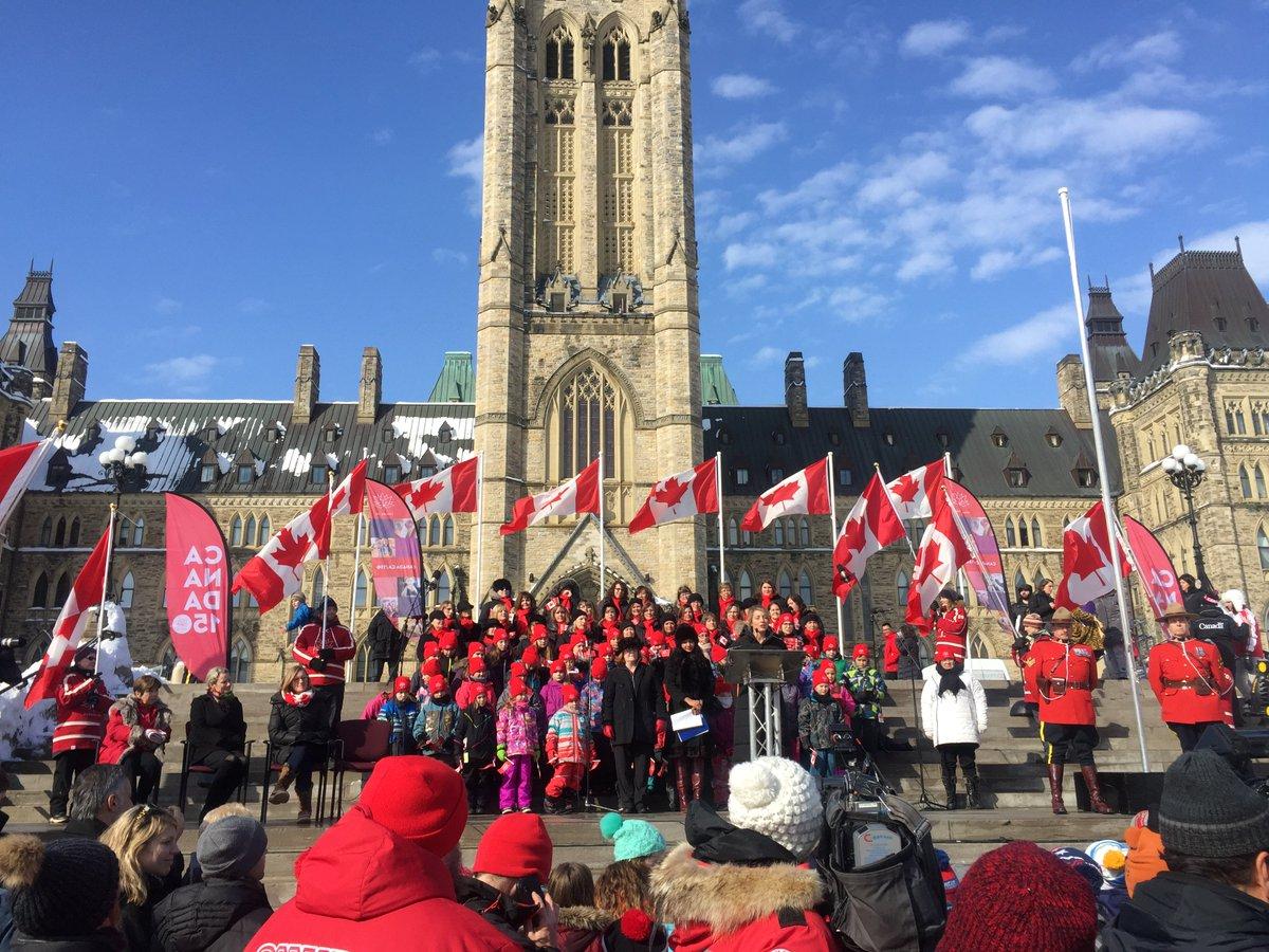 Belle journée sur la colline du Parlement avec @karinagould pour célébrer le Jour du drapeau national du Canada! #canada150  #drapeaucanadien<br>http://pic.twitter.com/u4XKotsnYm
