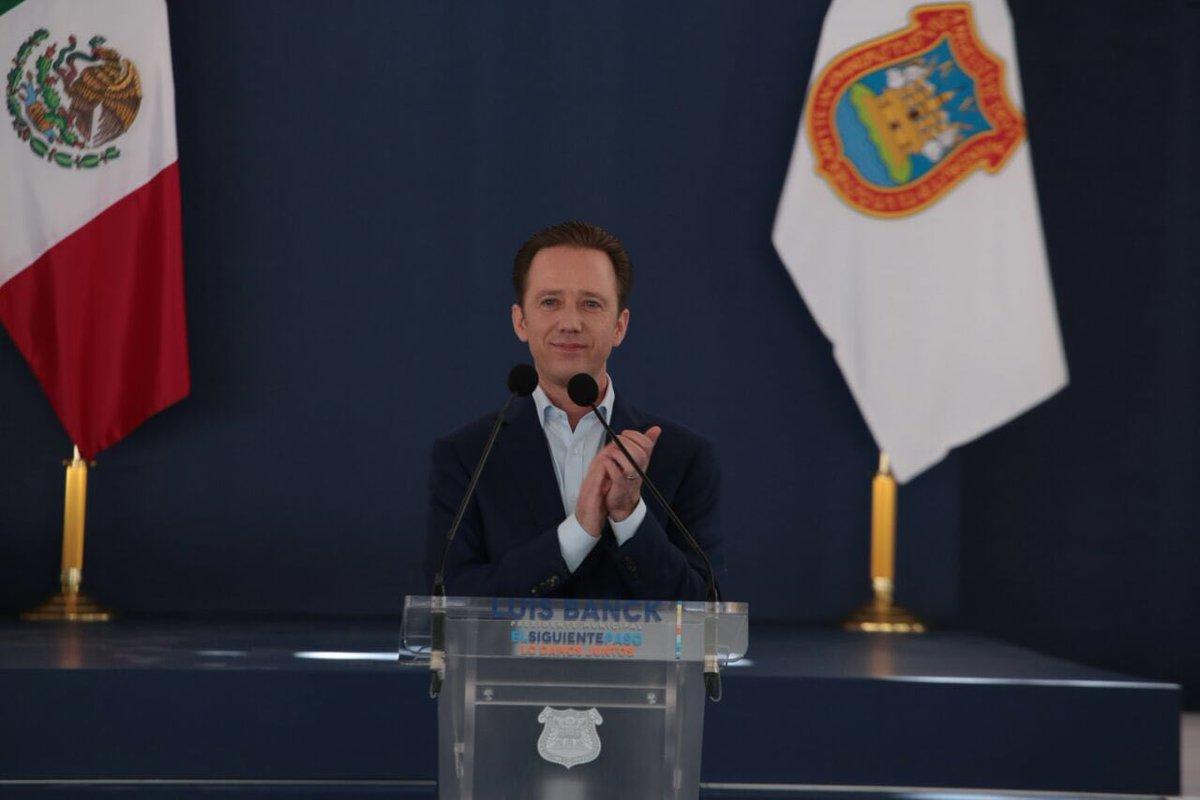 Luis Banck aplaudiendo durante su primer informe de gobierno