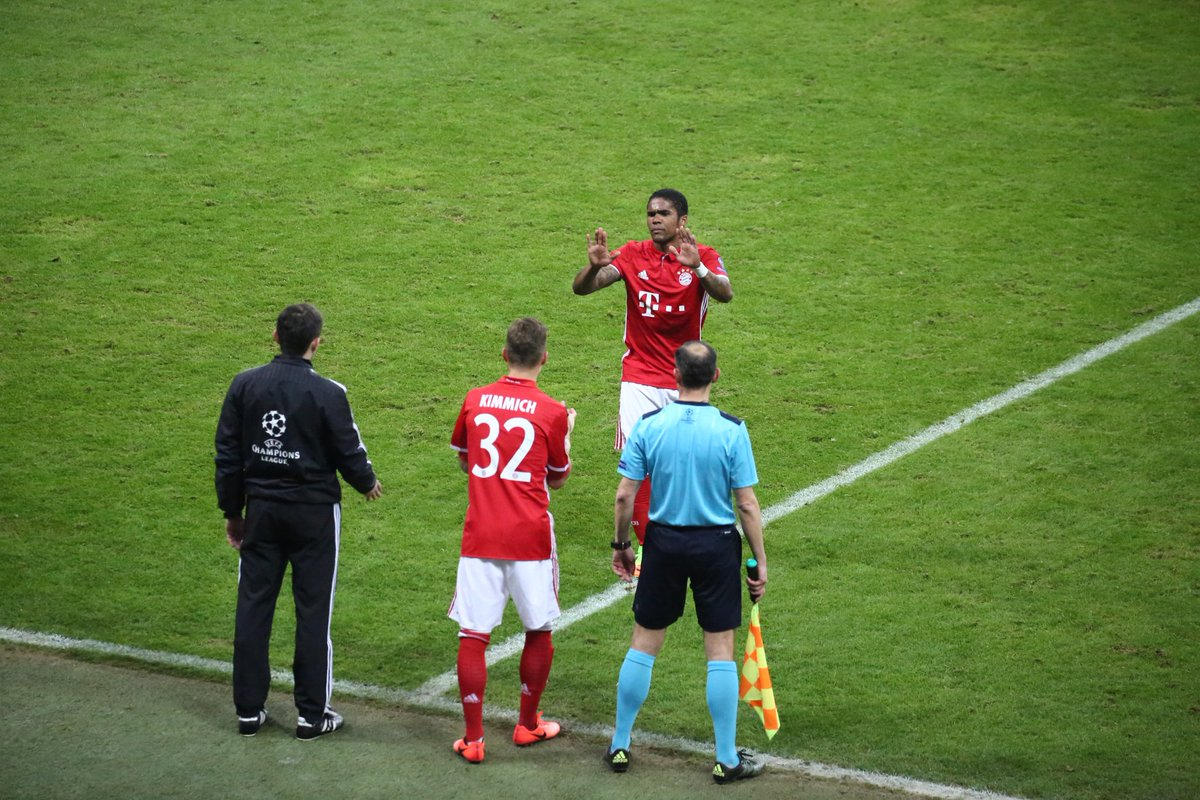 The first #FCBayern change sees @douglascosta make way for Joshua #Kim...