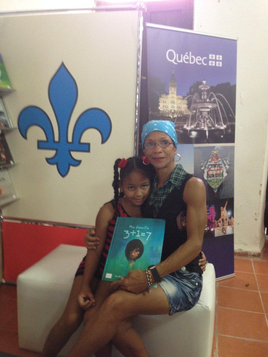 Une mère cubaine et sa fille s'amusent en lisant à la Foire internationale du livre de la Havane. #FILCuba2017. #Canada150  <br>http://pic.twitter.com/wLJZO1X8Xe
