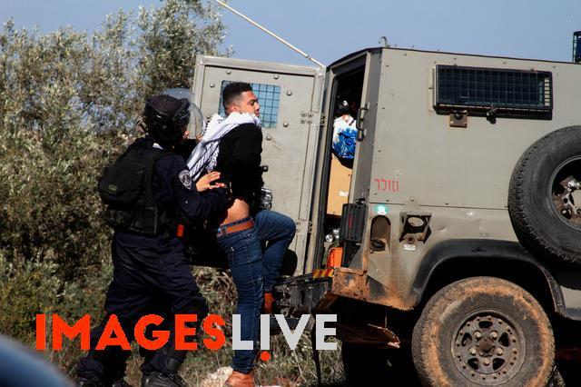 #Israeli Forces Arrest #Palestinian Protester Photographer: Mohammed Turabi/#IMAGESLIVE<br>http://pic.twitter.com/CJ5B5dXLDi
