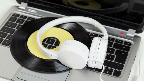 Quelle place pour la #musique dans la vie des Français ? via @francemusique  https://www. francemusique.fr/culture-musica le/la-filiere-musicale-presente-un-sondage-qui-demontre-l-attachement-des-francais-la-musique-32460 &nbsp; … <br>http://pic.twitter.com/PVXPTakSXF