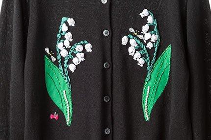 ミュベール カーディガンのカスタマイズ開始、デザイナー中山がその場で刺繍やボタンの付け替え fash…