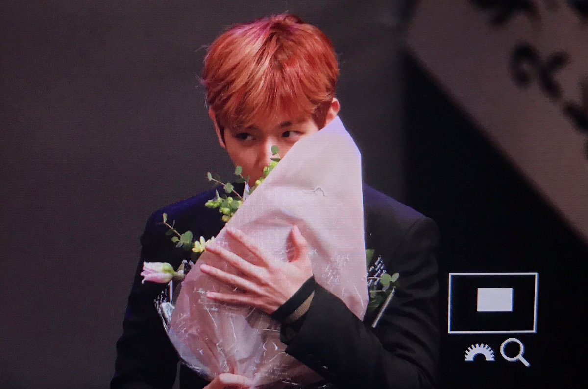 Yash K开i En Twitter Baekhyun Smelling The Bouquet Of Flowers Everytime They Win An Art