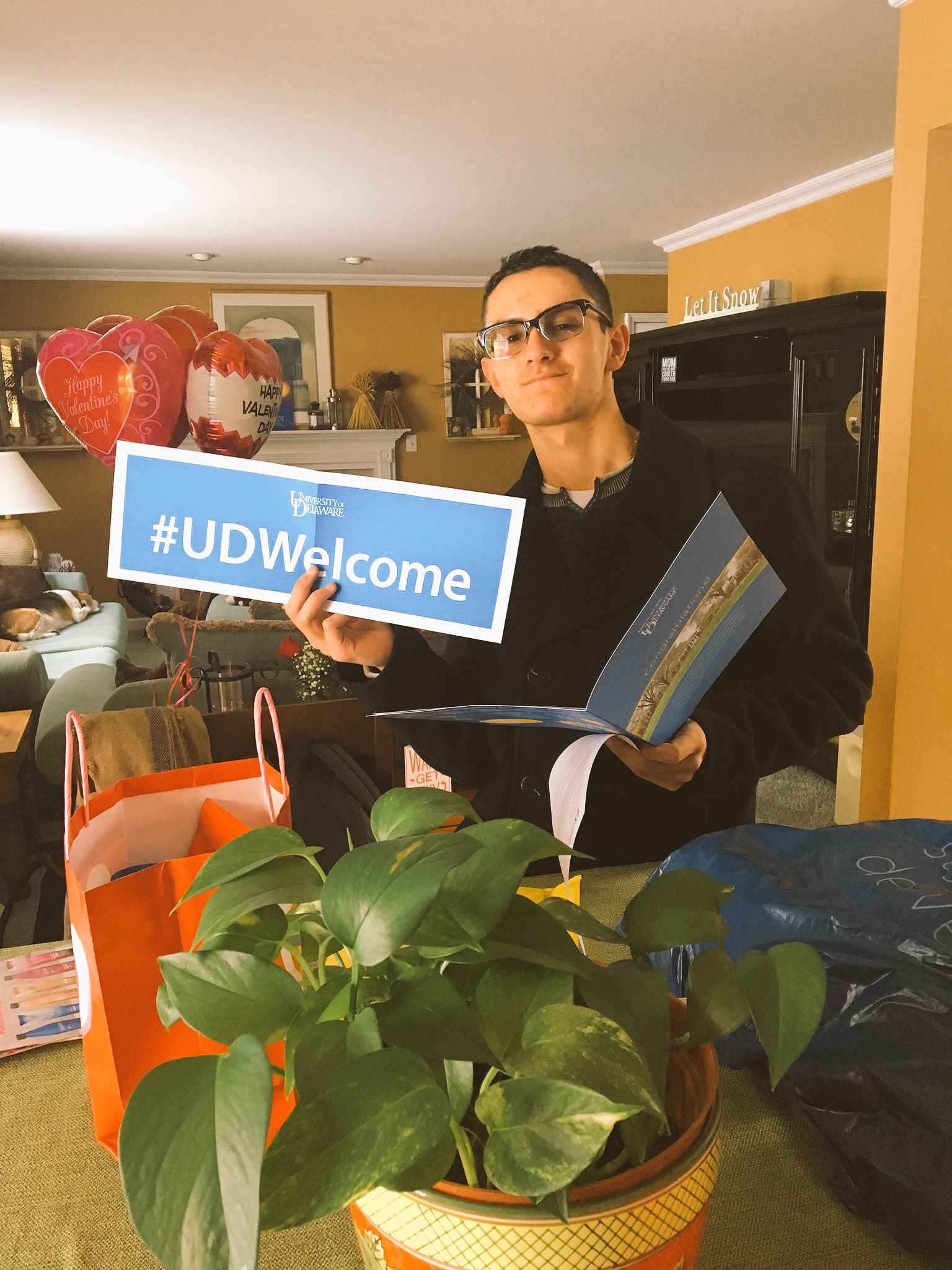 The biggest #UDWelcome to my little brother !!!!! Will we have another #BlueHen in the family?? 💙💛😍😬 https://t.co/Ag8G3eoojm