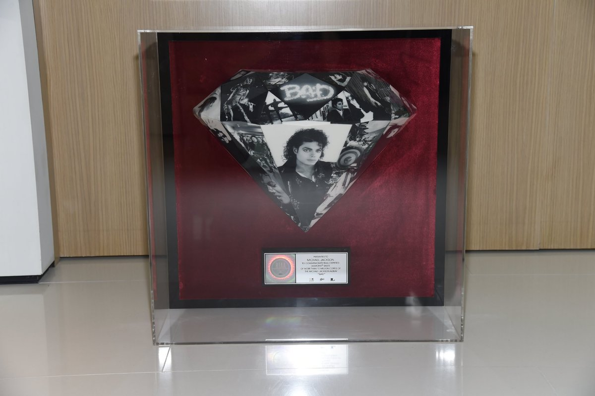 "Michael Jackson album ""Bad"" certificato Diamante C4yuFbiUYAEAIO6"
