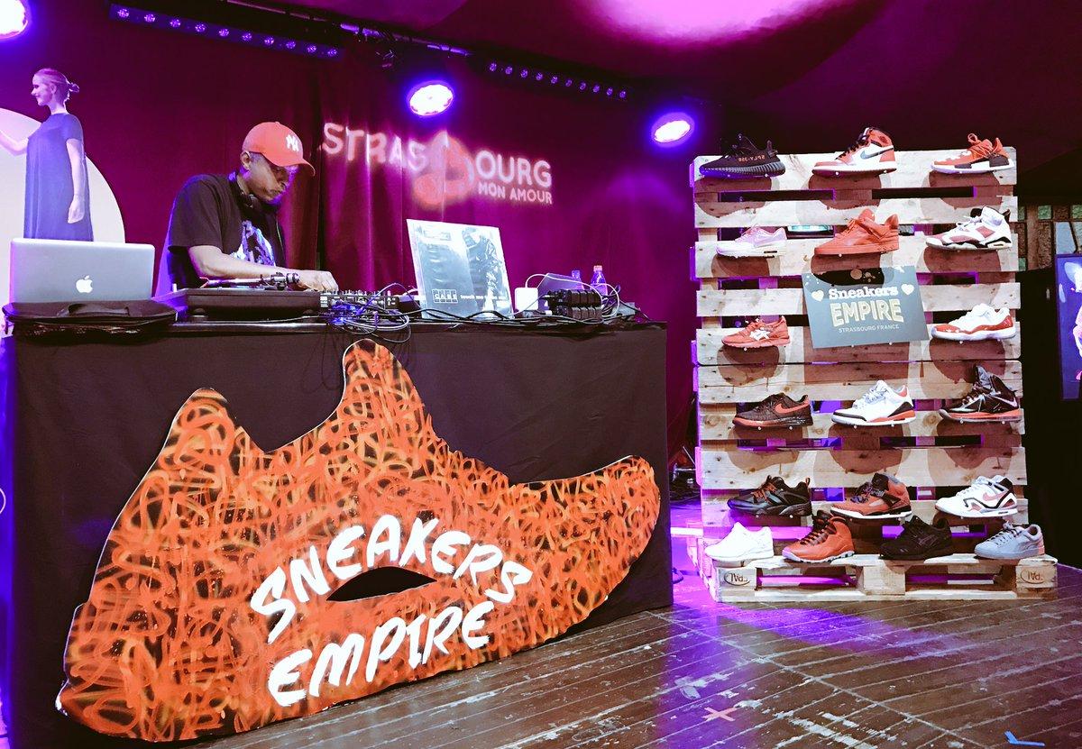 &gt; @SneakersEmpire x @StrasMonAmour au Café des Amours. #Sneakers <br>http://pic.twitter.com/bF59k243LQ
