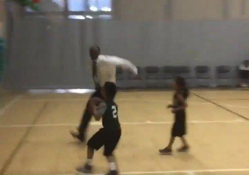 【影片】看不下去了!教練直接沖上場蓋掉本隊球員的投籃