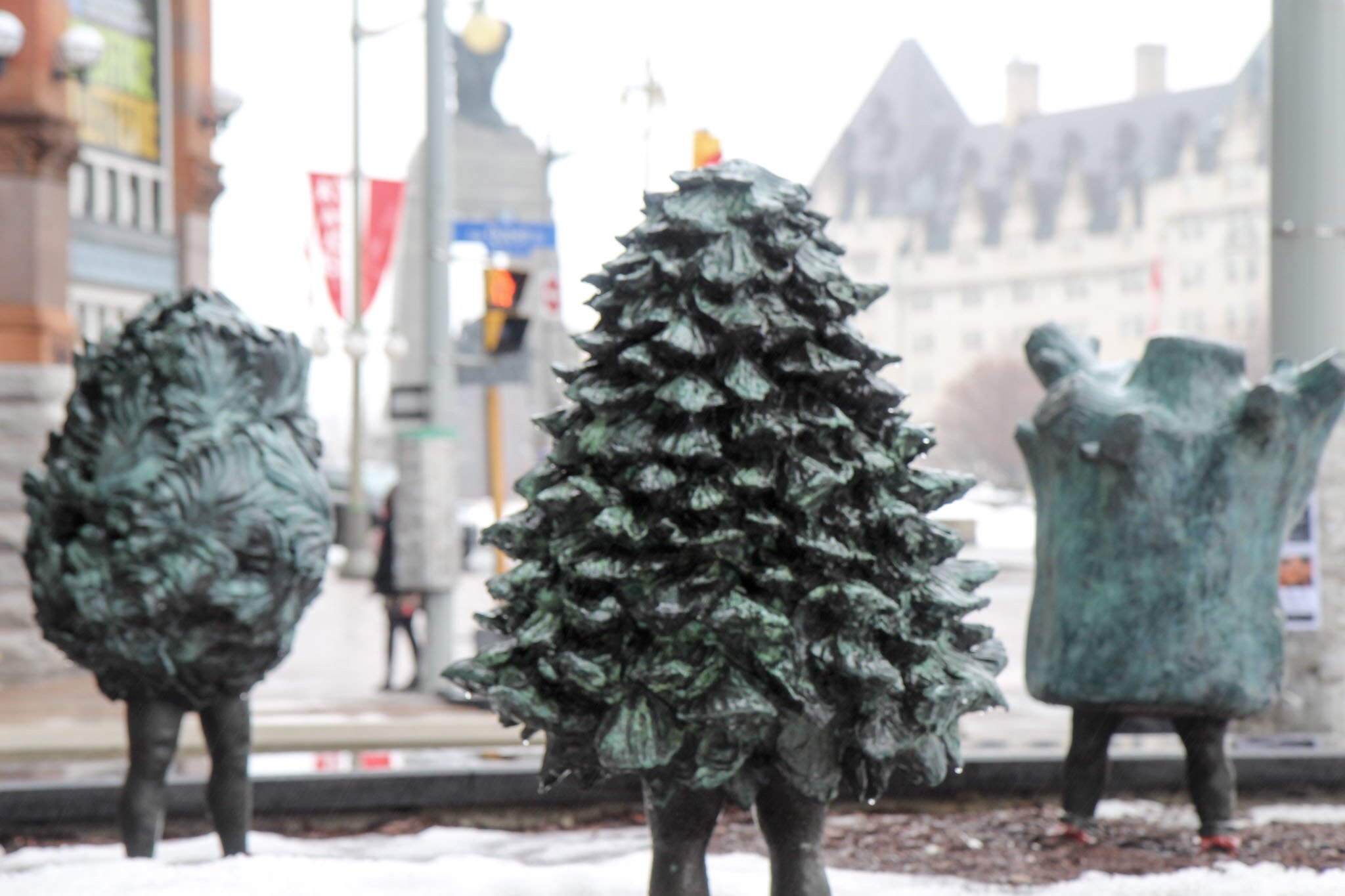 DYK: These 3 statues in front of our building are by Welsh artist Laura Ford. They're called the Nature Girls. #WalesFacts #OttCity https://t.co/AJU8QO5rek