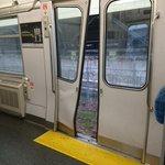怖ええぇ!電車と自動車が踏切で衝突すると電車の中はこうなる…!!