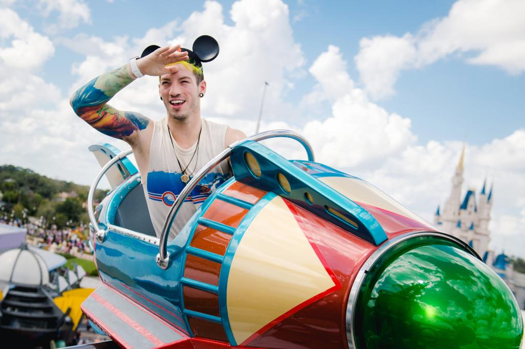 Drummer @joshuadun from @twentyonepilots takes flight aboard the Astro Orbiter at Magic Kingdom! #WaltDisneyWorld https://t.co/jMlMjzhVR7