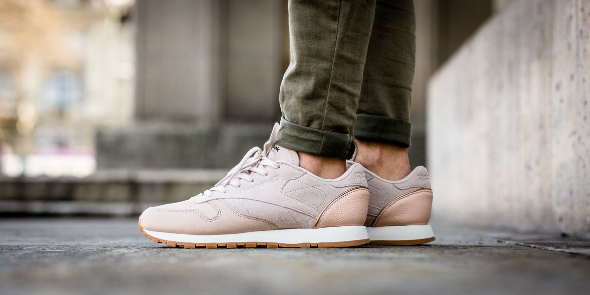 bb196e3b0f6cf4 NEW IN! Reebok Classic Leather Golden Neutral - Vegtan-Sandtrap Rose Gold  Chalk Lead-Gum shop here  http   bit.ly 2mizhlC pic.twitter.com aDkwaQ8uBK