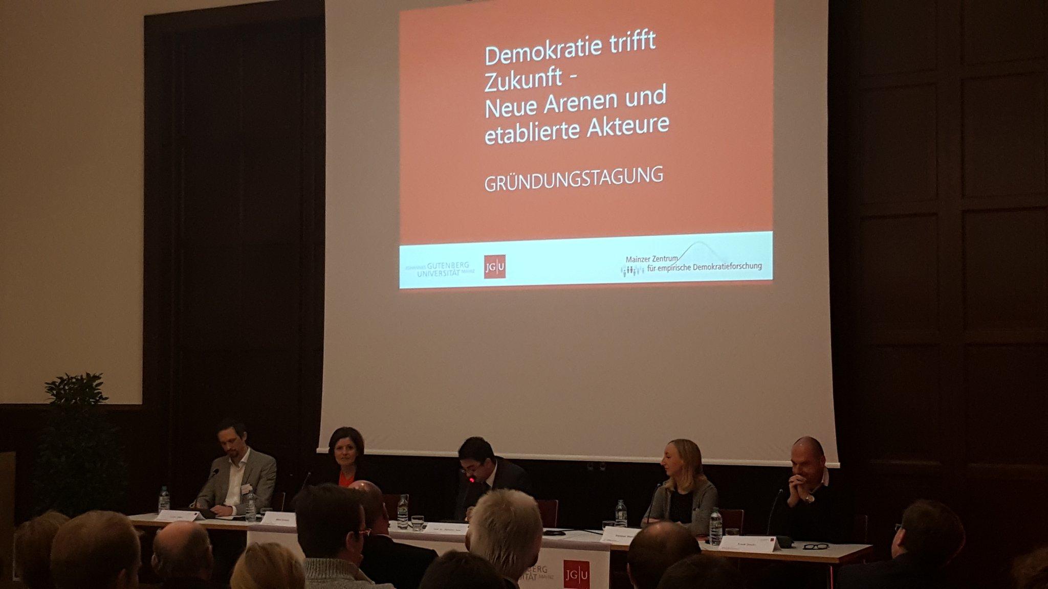 Podium beim @mzedf mit Malu #Dreyer, Florian Hager, @Remrow und Frank Stauss moderiert von @wahlforschung. Spannende Runde! https://t.co/SLdN1VD712