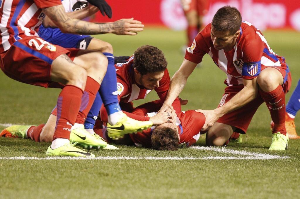 Le immagini di Fernando Torres svenuto in Deportivo-Atletico Madrid e il messaggio su Twitter