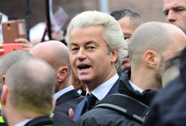 Aux Pays-Bas aussi le #populisme est 1er des #sondages #GeertWilders #blondambition #peril #Election2017 #binational<br>http://pic.twitter.com/IOr2tlKdMb