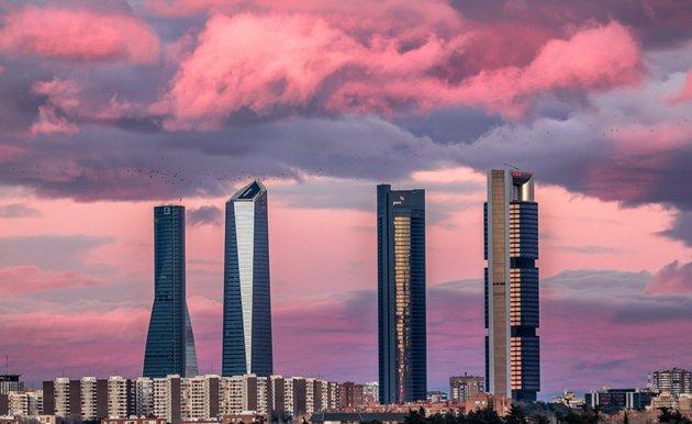 El cielo de #Madrid como nunca lo habías visto en este impresionante t...