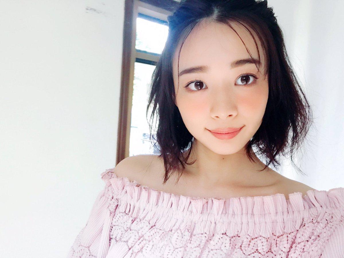 ピンクオフショル岡田紗佳