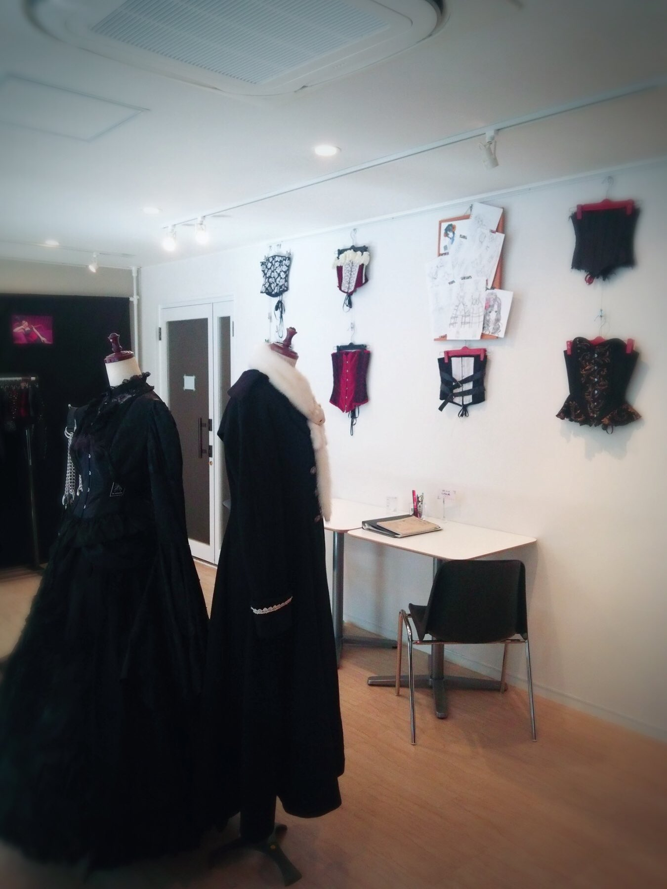 画像,るるーさん(@Ruru_chante )の個展に行ってきました。コルセットやヘッドドレス等、とっても素敵な作品を作る方✨個展は明日までらしいです💡詳細→http…