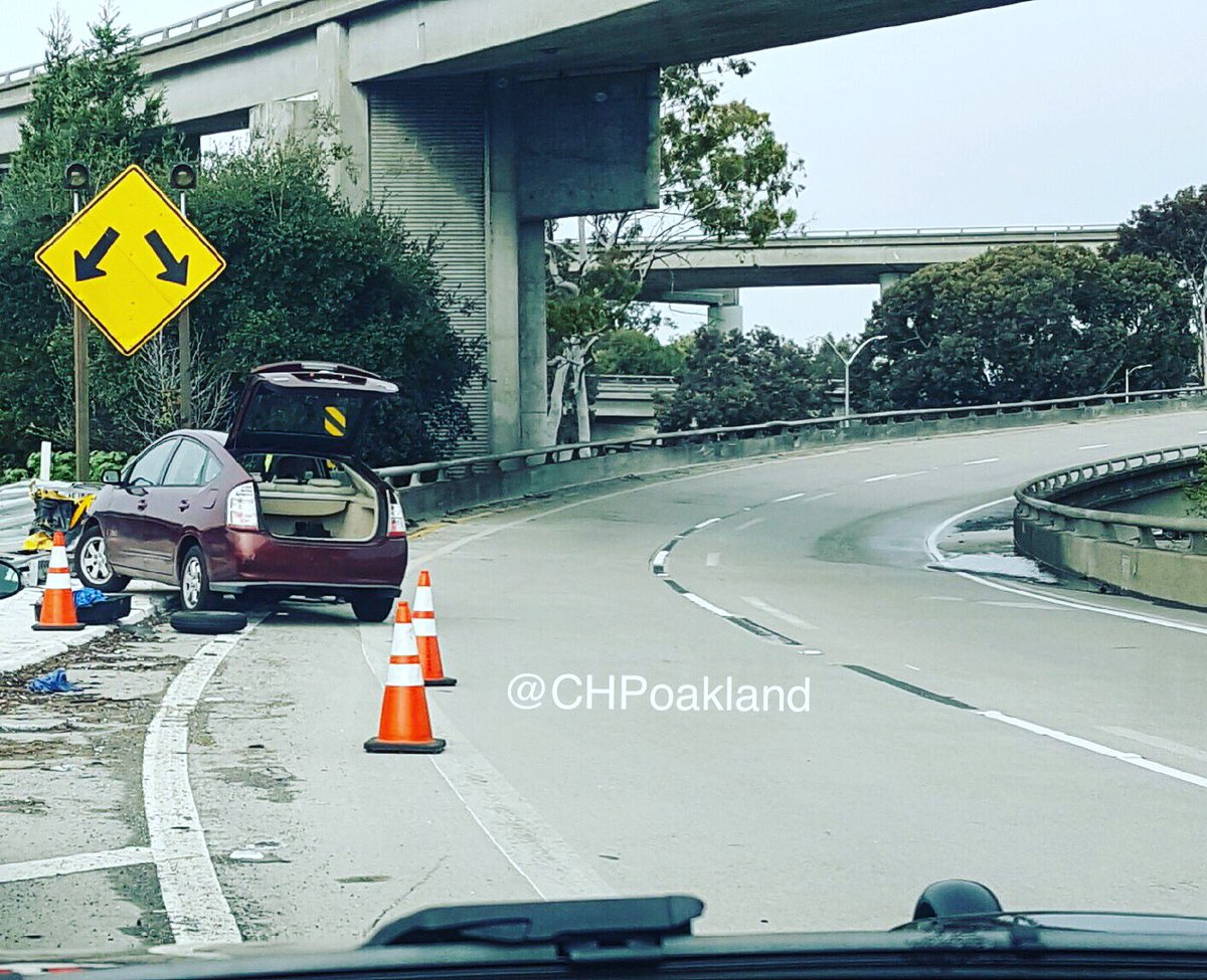 Where NOT to change a tire!  If you get a flat, pull off the freeway if possible.  If you can&#39;t, go to the shoulder. #SafetyFirst <br>http://pic.twitter.com/lhRSTkmPgD