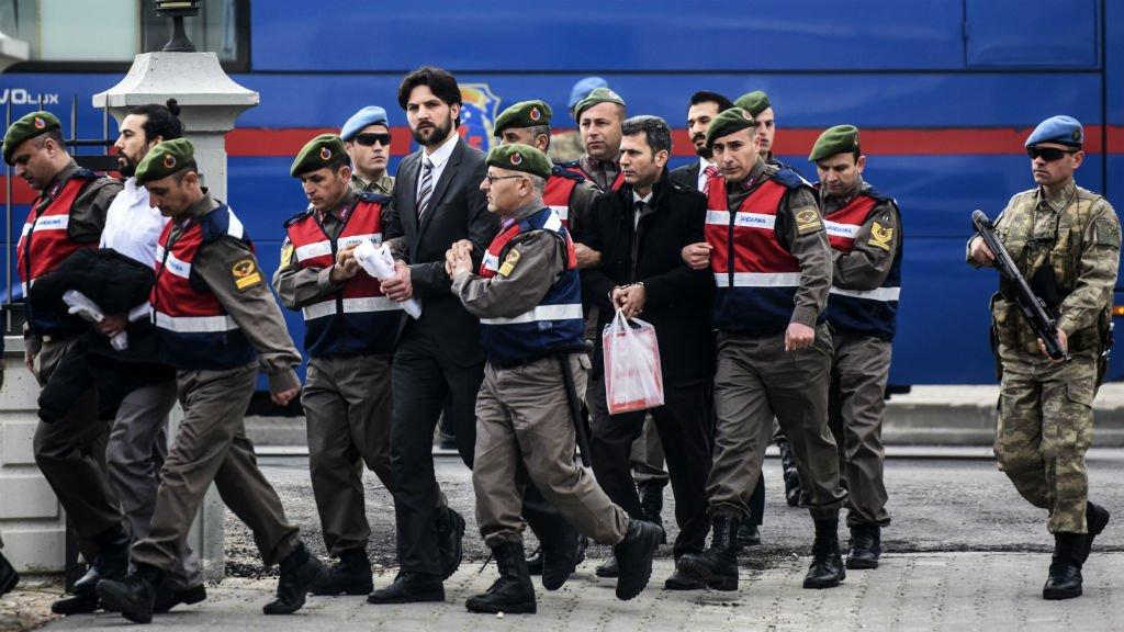 Turquie: 47personnes comparaissent pour avoir tenté de tuer #Erdogan  http://www. france24.com/fr/20170220-tu rquie-proces-tentative-assassinat-putsch-erdogan-justice?utm_source=Sociallymap&amp;utm_medium=Sociallymap&amp;utm_campaign=Sociallymap &nbsp; … <br>http://pic.twitter.com/yNZRXaUWtn