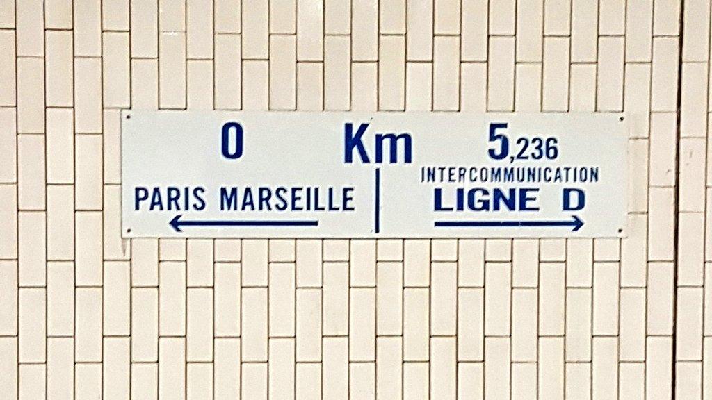 Dis @RERD_SNCF tu sais ce qu&#39;il veut dire ce zoli panneau sur la voie du D à #GareDeLyon et qui me fait déjà voyager ? <br>http://pic.twitter.com/WFfk16lJeg