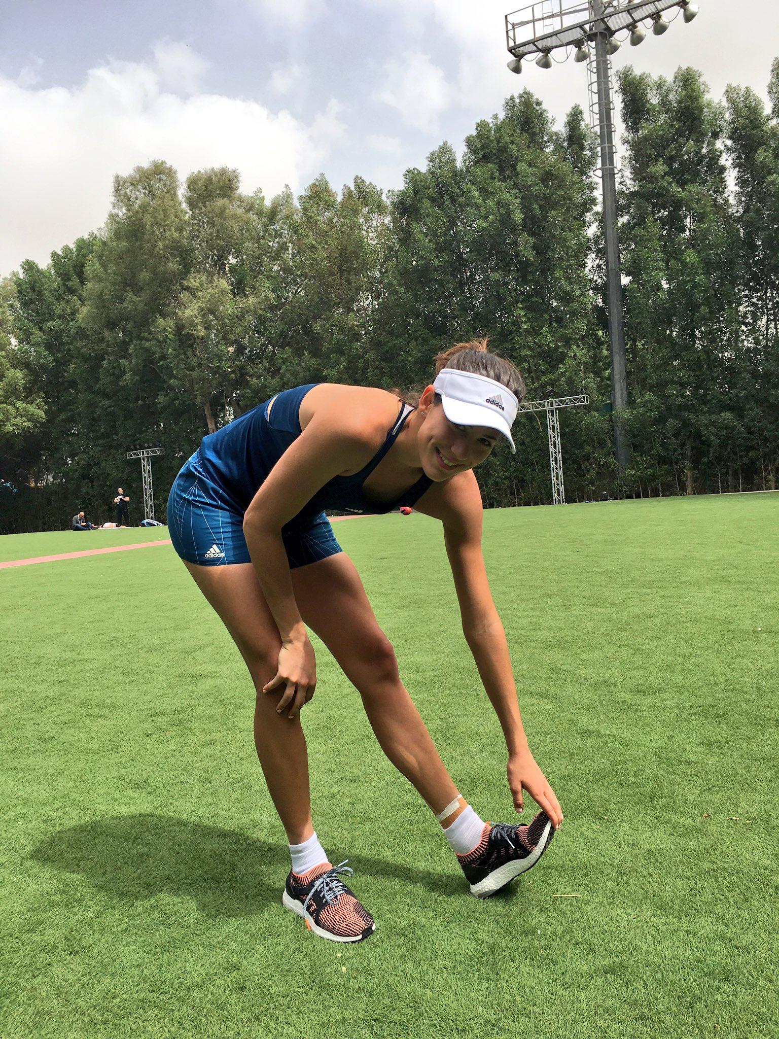 Después de mi entrenamiento, un poco de estiramiento! #olee Some stretching after my practice! #dubai ����♀️�� https://t.co/b1i1687Igh