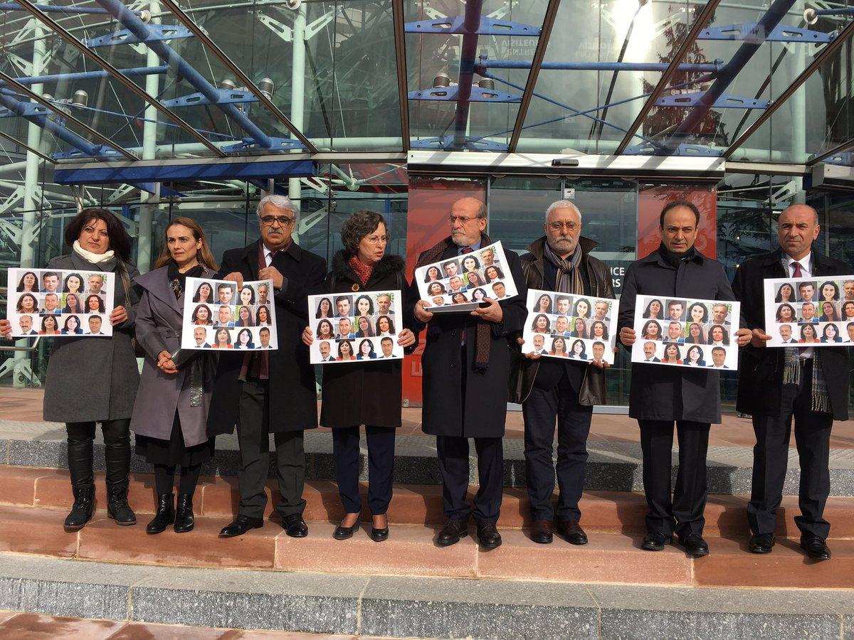 Des députés #kurdes devant la #CourEuropéenne DesDroitsDeL&#39;Homme pour exiger la libération des 12 députés du #HDP emprisonnés en #Turquie <br>http://pic.twitter.com/R8OIoXK0ON