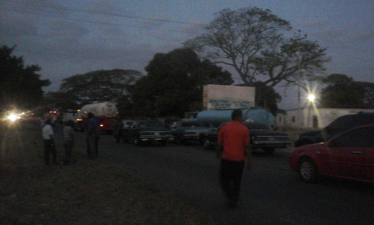 Cerrada vía Machiques a la altura de La Villa del Rosario #Zulia #Vene...