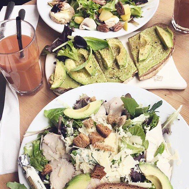 Ce midi, on se met au vert Salade César au Kale, Toast Avocat &amp; Gomasio et salade de Chèvre chaud façon Le Pain Quotidien. #healthy #lunch<br>http://pic.twitter.com/j3xRhqWDIa