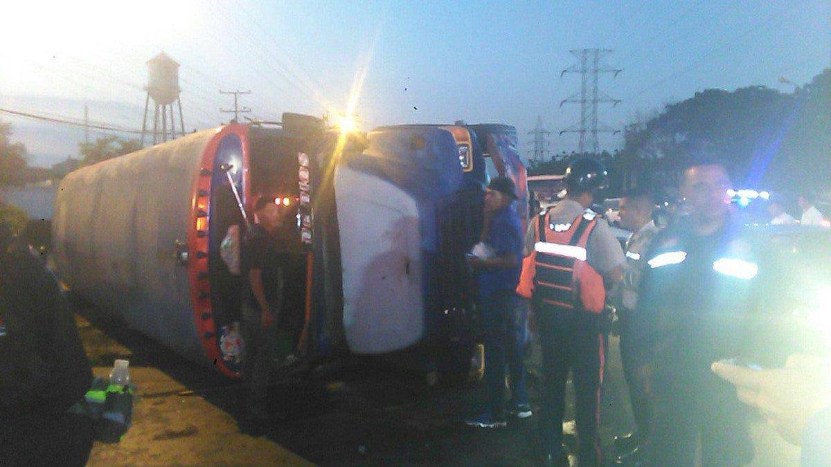 Carabobo: Vuelco de bus en Distribuidor Firestone de San Diego dejó 15...