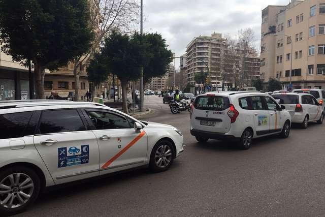 Los taxistas quieren volver a colapsar el centro de #Palma  https://www. cronicabalear.es/2017/02/los-ta xistas-quieren-volver-a-colapsar-el-centro-de-palma/ &nbsp; …  @marcpons73<br>http://pic.twitter.com/7ZNDGVxQ4T