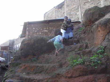 """""""Unterwegs mit gebrochenem Schienbein - ohne Gips."""" Neues aus #Nairobi von @germandoctors-Ärztin Dr. Waldmann-Brun: https://t.co/56lmL4J5gj https://t.co/z6iiZjgYSc"""
