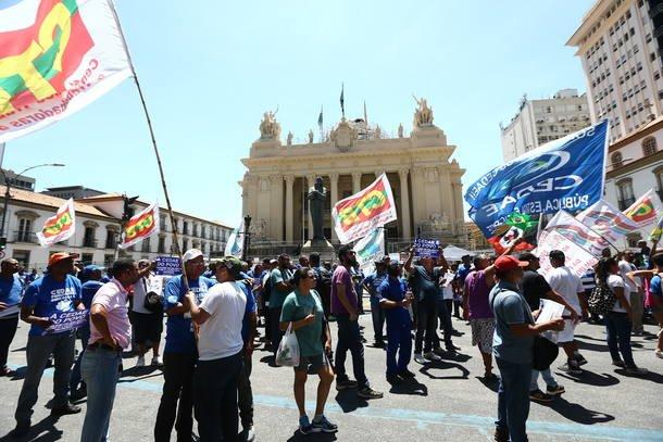 Sob protestos, Assembleia do Rio aprova privatização da Cedae https://...