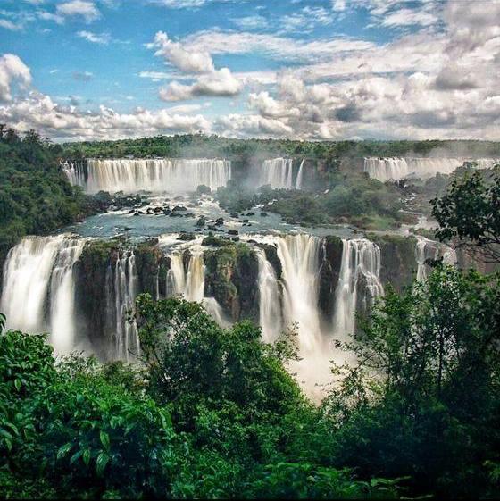 La photo &quot;waouh&quot; du jour nous vient des chutes d&#39;Iguazu à la frontière entre l&#39;Argentine et le #Brésil ! <br>http://pic.twitter.com/4I9MfYvV1n