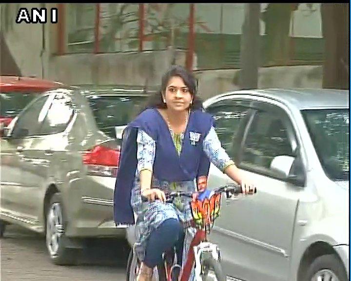 #BMCelection : बीजेपी नेता साइना एनसी साइकिल पर सवार होकर वोट डालने पह...