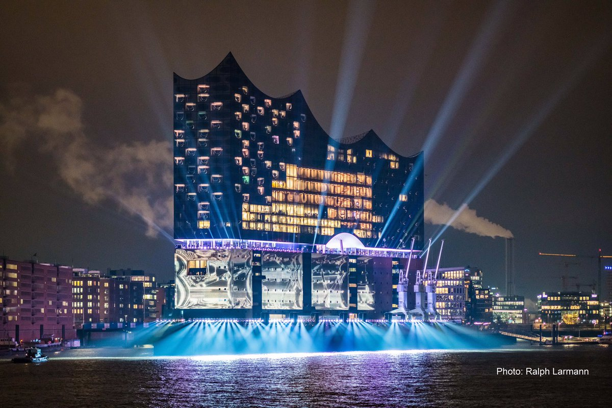 #Hamburg begeistert Gäste aus dem In- und Ausland. Tourismuswirtschaft wächst 2016 um 5,5% (+692.000 Übernachtungen).#liveablehamburg ⚓️⚓️⚓️ https://t.co/LEZX0cUVbZ