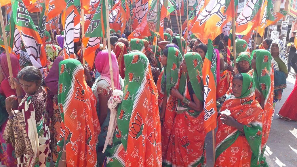 भगवा साड़ी पहनकर महिलाएं भी इलाहाबाद रोड शो में शामिल #प्रयाग_में_अमित...